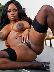 Ebony MILF babe Jada Fire spreads and feels their way pussy in the classroom