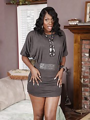 Ebony MILF babe Nyomi Banxxx spreads her legs and caress her cunt