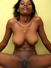 Ebony babe showing her pussy on cam