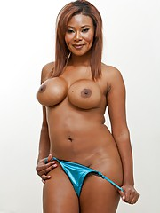 Ebony MILF babe in the matter of heavy titties Jessica Dawn shows off her curvy body